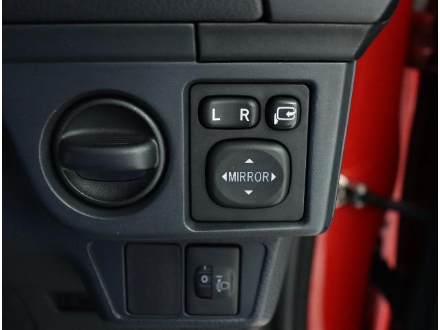 ☆狭い駐車場で便利な電動格納ドアミラーがついています。