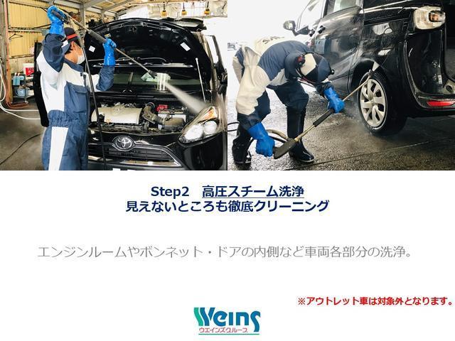 【見えないところも徹底クリーニング】点検の終わった車両は、エンジンルームをはじめ、下回りやタイヤハウス内の汚れを取り除きます。※アウトレット車は対象外