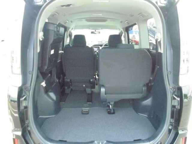 【2列目・3列目シート】みんなでお出かけのときは3列目のシートを出して座席に、お荷物が多いときはシートを倒して荷物スペースに!!用途は色々です☆