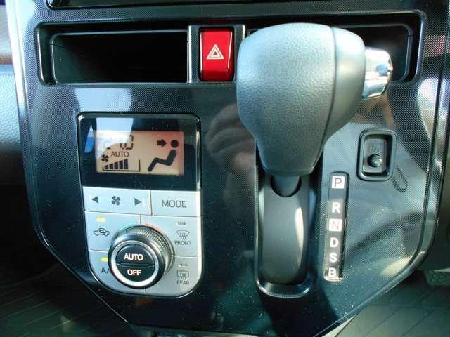 【エアコン】エアコンはオートエアコンとなっておりますので、あらかじめ好みの温度に設定しておけば自動的に風量を調節してくれます。自分でいちいち調節する手間が省けますね。