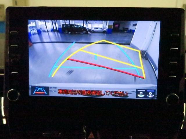 車庫入れや縦列駐車などの際に、後退操作の参考になるガイドラインをバックガイドモニター画面に表示し、駐車区画内にまっすぐに駐車するための目安となります。