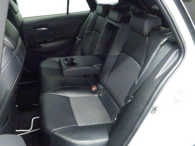 ゆったりと座れるリヤシートは、便利な6:4分割式で乗車人数・荷物の量によりシートアレンジ可能です。