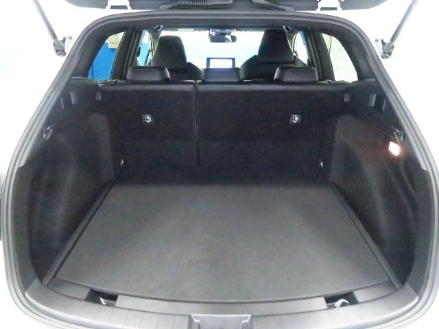 5人乗車でも十分な荷物を積み込める余裕のラゲージスペースを確保。