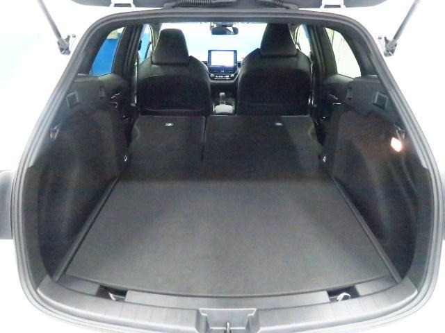 リヤシートを倒せば大容量のスペースが出現。大きな物や長さのあるアイテムなどゆったりと積むことが出来ます。