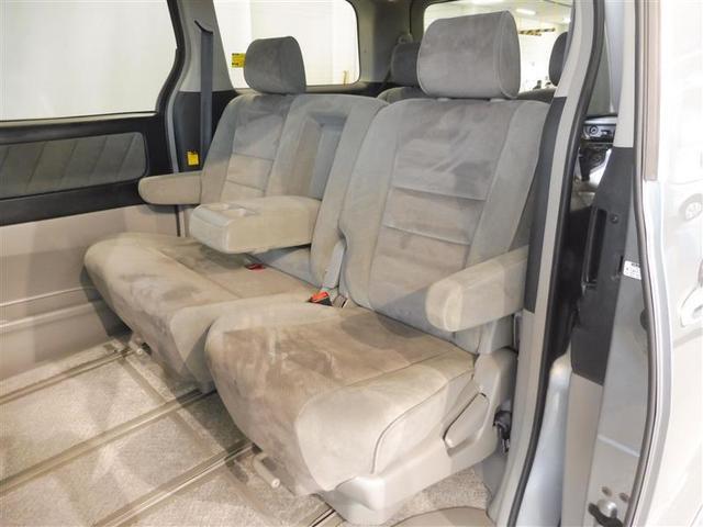 セカンドシートの背もたれ中央を前側に出すとアームレストとしてお使い頂けますので、長距離ドライブなどでの疲労軽減につながります。