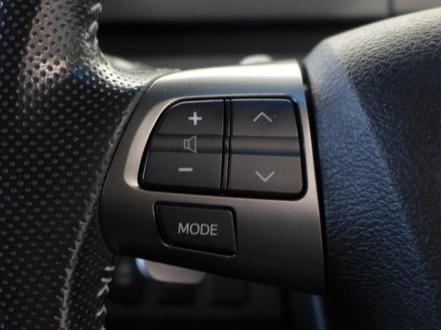 ハンドルを握ったままオーディオの操作が可能なステアリングスイッチを装備。