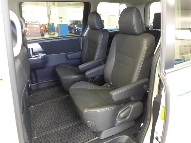 セカンドシートは足元や膝周りにもゆったりしたスペースでドライブをお楽しみ頂けます。