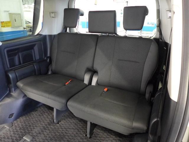 分割可倒式のサードシート。乗車人数や荷物次第で用途に応じた様々なアレンジが可能です。