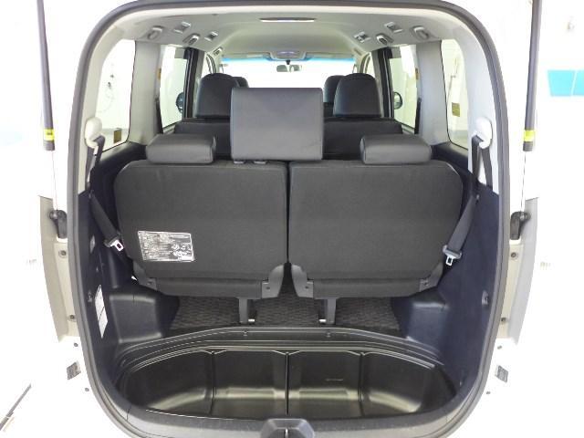 フル乗車時でも、充分な容量のラゲージスペースを確保しています。デッキボード下部にも広い収納スペースがあり重宝します。