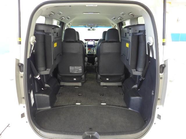 サードシートを左右に撥ね上げればラゲージスペースが拡大。レジャー道具などのかさ張る荷物も積む事ができます。