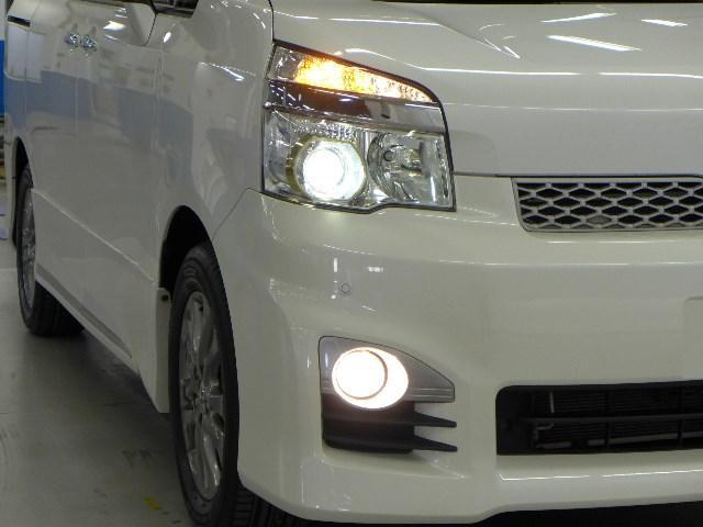 明るい白色の光で夜間走行の負担を軽減するHIDヘッドランプを搭載。ハロゲンランプに比べ消費電力が少なく長寿命。