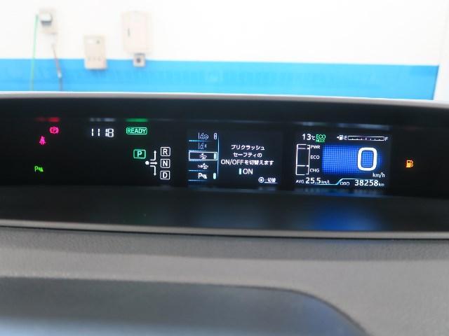 昼間でもくっきり見やすく、速度や燃料計といった基本情報を、鮮やかに表示する高精度メーター、またステアリングスイッチでハイブリッドシステムインジケーターや燃費履歴などエコ情報も表示できます。