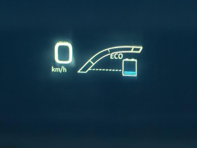 運転席前方のウインドに、スピードメーター・ナビ情報などを表示、ドライバーの視線移動が少ないので視認性・安全性に優れています。