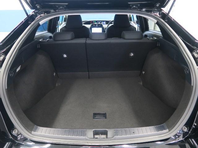 ハイブリッドバッテリーを小型化し、リヤシート下へ移動することで、荷室容量502L(2WD)を誇る大容量ラゲージルーム。(ゴルフバック9.5インチタイプが4個収納可能)