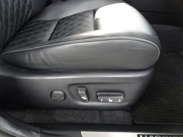 運転席はパワーシートになっていて、シートポジションの微調整が可能です。