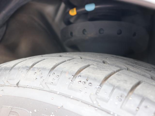 タイヤ溝も、。8部山ございます。 ※右フロント