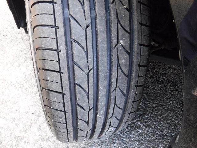 タイヤは、YH製195/65R15と純正アルミホイールを装着。足元のお洒落も気になりますよね!