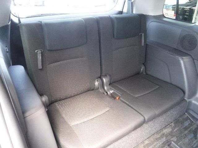 質感のあるモケット素材のサードシートは、5:5の分割可倒式リクライニング機構付。サードシートを床下に格納することも出来ます。