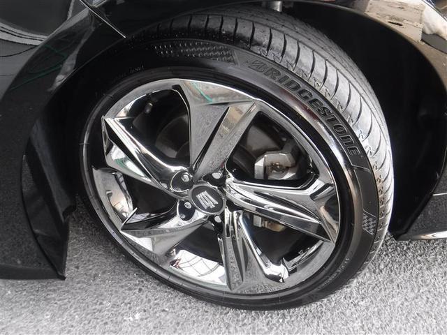 225/45R/18サイズのタイヤを装着しています。クラウン専用アルミホイールがボディーデザインと融合します。