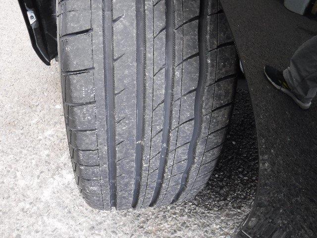 タイヤは、225/45R18と社外アルミホイールを装着。足元のお洒落も気になりますよね!