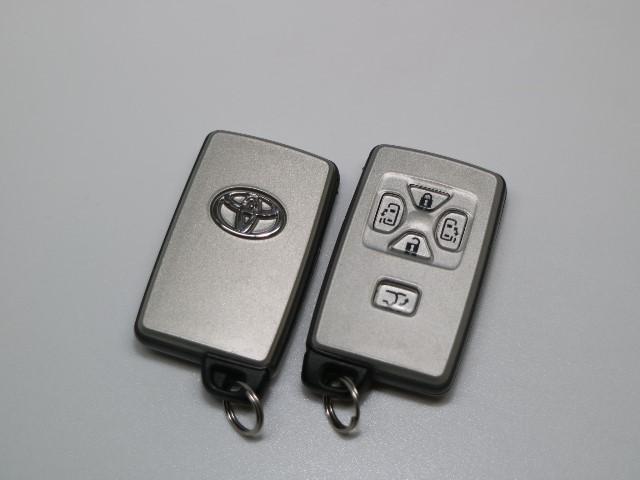 ☆こちらの車両は、スマートキーですので近くに持っていていただけるだけで、ドアの施錠はドアノブのボタンを押すだけ、開錠はドアハンドルを触れば簡単に開閉できるカギですので本当に便利です♪