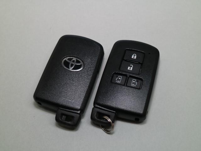 スマートキー付きです。スマートキーとは鍵を車に差し込まなくても、ドアノブを触ったりするだけで、ドアロックを解錠できます。これが凄く便利なんですよ。防盗性を高めるエンジンイモビライザーも標準装備です。