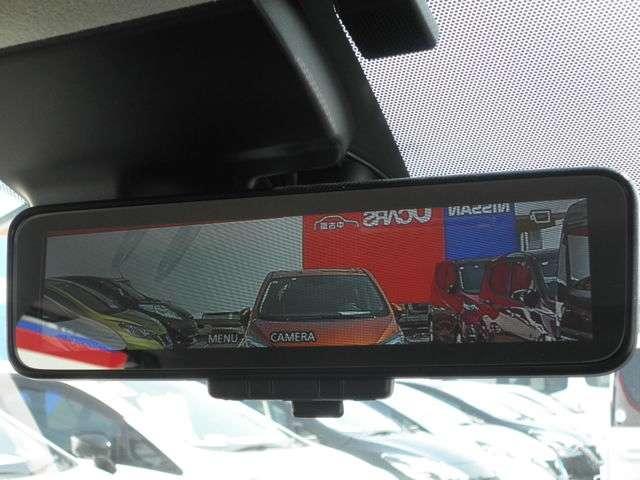 後方確認がしにくい時に便利なスマートルームミラー付き。後方にあるカメラからの映像がミラーに映されます。