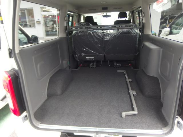 広いドア開口部とフラットな荷室床は仕事の作業効率を高めてくれますね♪