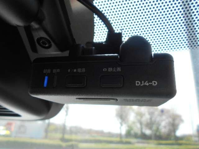 運転状況を映像と音で記録し、ドライブの思い出残しやドライバーの運転チェックができる、便利なドライブレコーダーを装備!