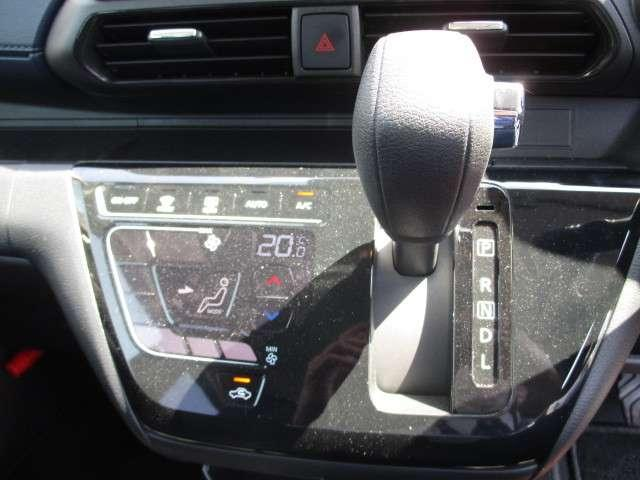 便利なオートエアコン装備!!室内の温度管理ができますよ。