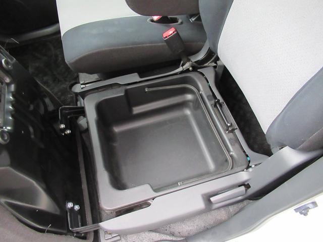 ★助手席のお尻の下にも小物入れがあって収納に便利です♪