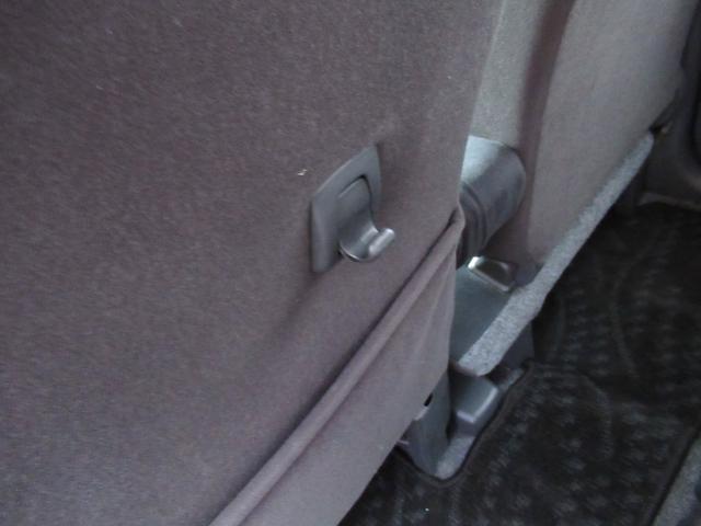 助手席シート後ろに買い物袋フック付き