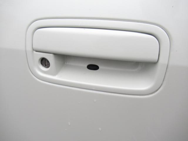 スマートキーを携帯していればリクエストスイッチを押すだけでドアのロック・アンロックが可能♪ キーを取り出す必要がない為、雨の日や荷物を持っているときなどに便利♪ キーを差し込まずエンジン始動停止も可能