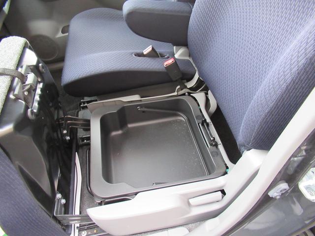 助手席アンダーボックス★助手席のお尻の下にも小物入れがあって収納に便利です♪