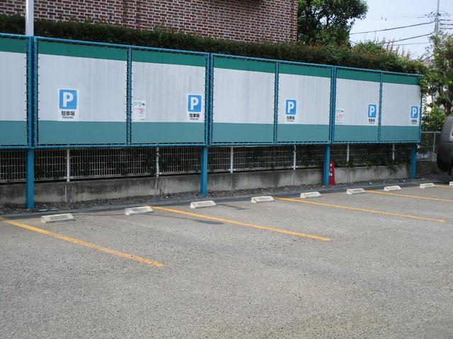 お客様駐車場は一台一台のスペースを大きめに作っておりますので、ゆったり停めて頂けます。