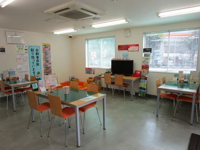 こちらが商談スペースです♪テーブル×3、TVテーブル×1です。