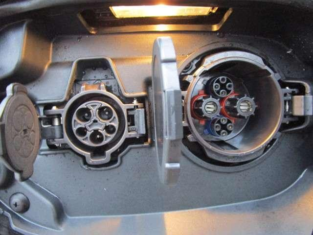200V通常充電の差し込み口(左)と急速充電の差し込み口(右)です♪