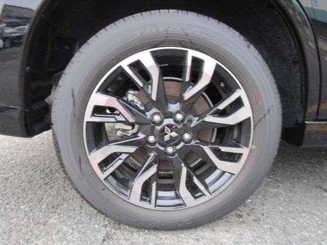純正アルミホイールが装着されております。タイヤサイズは225/55R18です♪