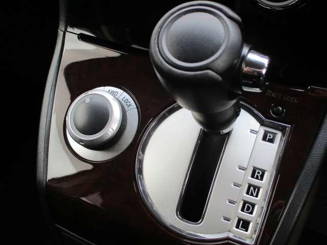 2.2L シャモニー 4WD ディーゼル 8人乗り 8ナビ カロッツェリア10.2インチ後席モニター クルーズコントロール ハーフウッドステアリング パワーシート シートヒーター オートライト 両側電動スライド バックカメラ ETC リヤクーラー 喫煙車(16枚目)