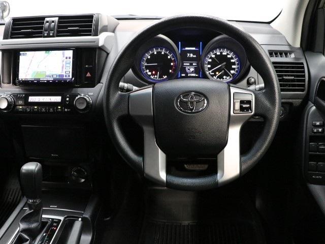 スイッチ類が機能的に配備され操作しやすい運転席☆