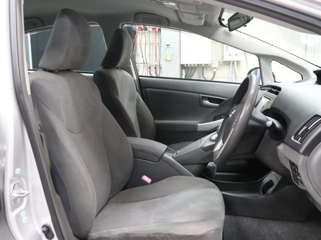 高めのヒップポイントのゆったりとしたシートです。 足腰に負担が掛かる乗り降りが楽になりますよ。 快適なドライブを楽しむ為にも長く座っていられるシートがいいですね。