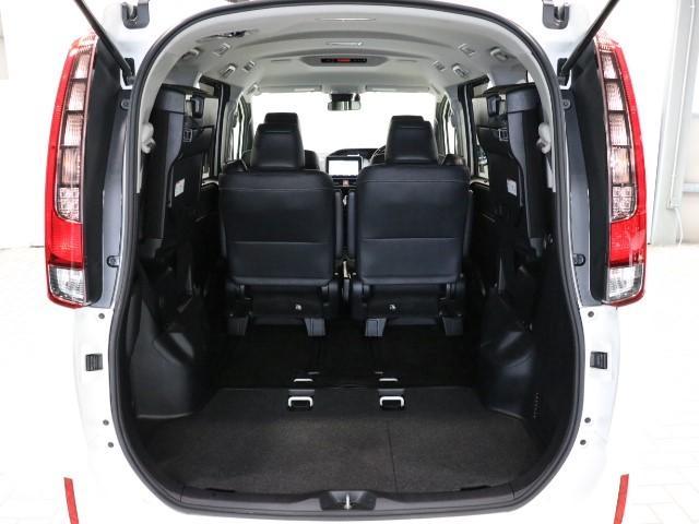 サードシートを格納すると荷室を広々使う事が出来ます。長さがあるものを運ぶ時は便利ですよね♪