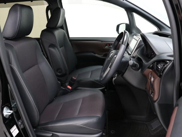 きれいにクリーニングされた運転席となります。足元も広く長時間運転も疲れにくいですね!まずは店頭で一度じかに触れて座ってみてください!車両を選ぶ重要なポイントです!