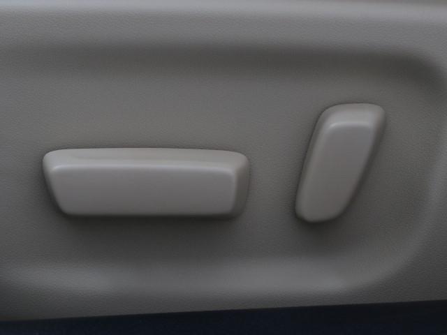 電動パワーシートです。 高級車によく付いてますね。 ポジションを細かく調整、出来るので長時間の運転もリラックスして出来ちゃいますね。