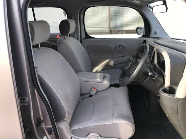 ゆったり乗れるシートと車内空間!収納ボックス兼アームレスト付き、ロングドライブでも快適です♪