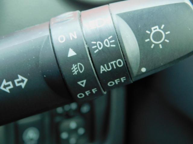 オートライトシステム 外の明るさに応じてヘッドライトを点消灯する為、ライトスイッチを操作する必要がありません。