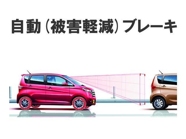 エマージェンシーブレーキ フロントカメラで前方の車両を検知。衝突の可能性が高まるとメーター内のディスプレイ表示やブザーによりドライバーに回避操作を促します。万一の時は自動的に緊急ブレーキを作動