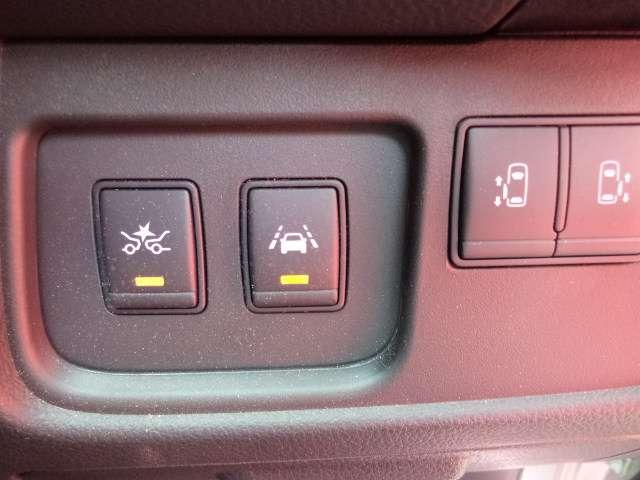 LDW(車線逸脱警報) フロントカメラによりレーンマーカーを検知し、意図せずに走行車線から逸脱しそうな場合、メーター内のディスプレイ表示とブザーで注意を喚起します。