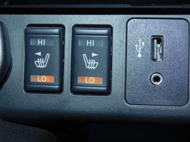 前席ヒーター付きシート エアコンよりも素早く、体を芯まで温めてくれます。