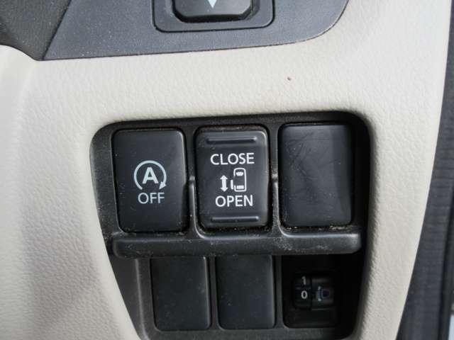 左側オートスライドドア 買い物などで両手がふさがっている時でも、ボタンを押すだけで簡単に自動開閉できます。スライドドアの開閉が重く感じる方にも便利なアイテムです。